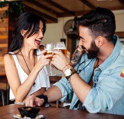 ep34-casal_brindando Perfeitos Ferrados