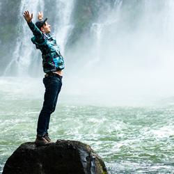 jovem na cachoeira